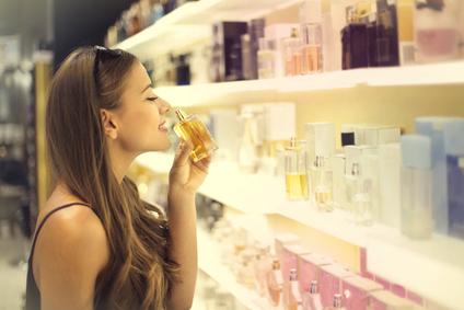 Femme testant des parfums